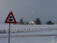 Boerderij in de sneeuw vanaf spoorweg